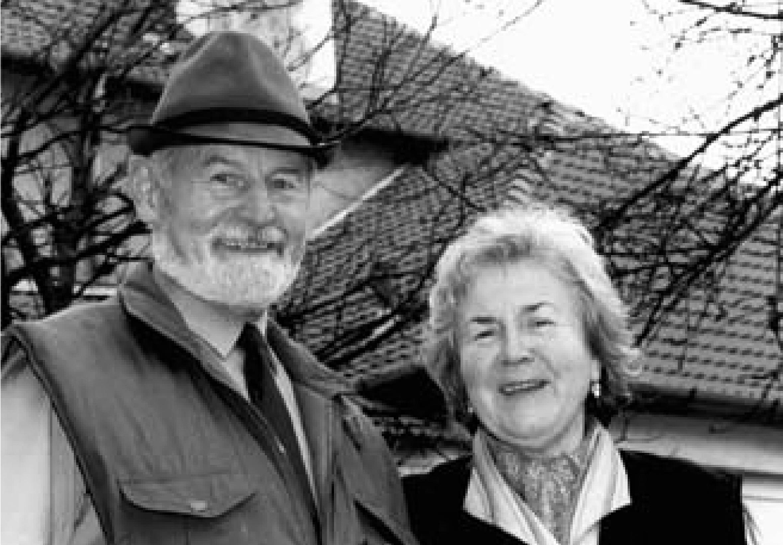 Květoslava Burešová s manželem Vladislavem před střediskem Chaloupky, 1997